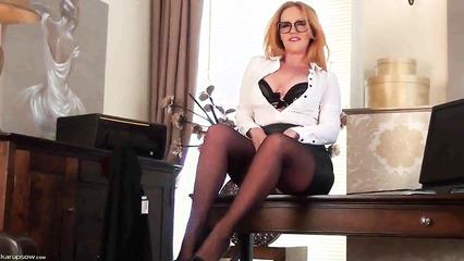 Холеная рыжеволосая секретарша сделала перерыв для мастурбации