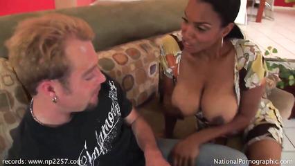 Мулатка застала паренька за готовностью дрочить и получила секс