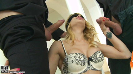 Парни разнообразно трахают девицу с повязкой на глазах