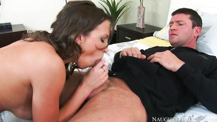 Озабоченная супруга вынуждает соседа заниматься с ней сексом