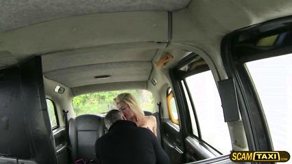 Развращенная блондинка заполучила фаллос таксиста в свои дырки