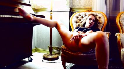 Сыграла на пианино и занялась чувственной мастурбацией на стуле