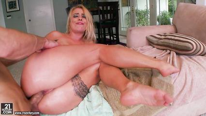 Блондинка соблазнила чувака габаритной задницей и трахается по сумасшедшему