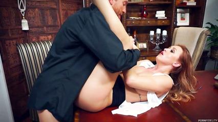 Дьявольская рыжая секретарша жестоко оттрахана боссом в кабинете