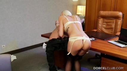 Потрясающая секретарша горячо и страстно трахается со своим шефом