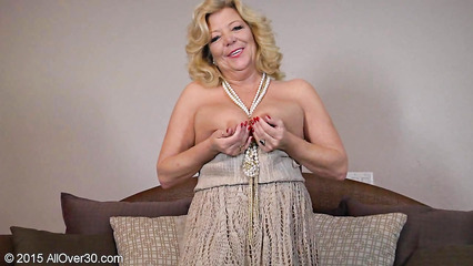 Возрастная баба раздевается и позирует голой перед камерой