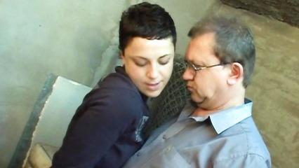 Похотливая девица пришла к мужику в мастерскую за сексом