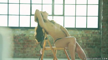 Девушка садится на стул и устраивает на нем крутую мастурбацию