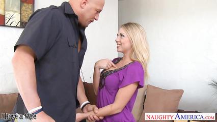 Блондинка расчетливо соблазнила мужика на трах с ней