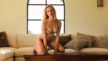 Длинноногая блондинка красиво ласкает себя до оргазма
