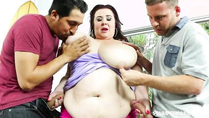Парни предложили толстухе двойное проникновение