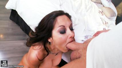 Страстный анальный трах жены с любовником в постели