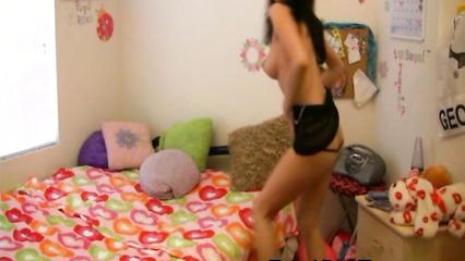 Заводная девушка танцует горячий стриптиз на камеру