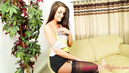 Симпатичная секретарша похотливо раздевается для зрителей
