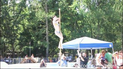 Сексуальный фестиваль с публичными танцами стриптиза на шесте