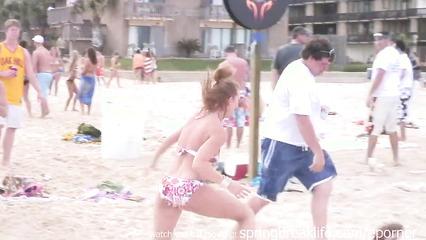 Пляжная вечеринка с пьяными девушками и их ухажерами