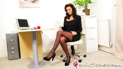 Соблазнительная секретарша показывает стриптиз в офисе