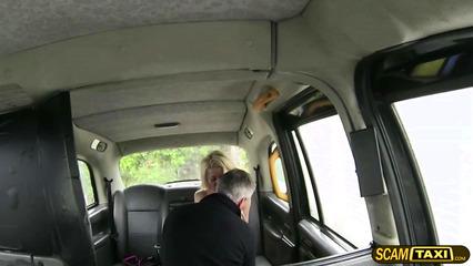 Роскошная грудастая блондинка соблазнила сиськами шофера такси