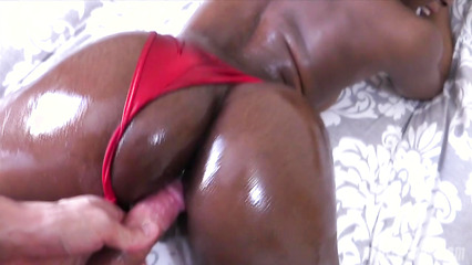 Темнокожая особа в красном купальнике спровоцировала парня на анал