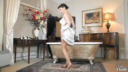 Домохозяйка не сдержалась и подрочила прямо в ванне