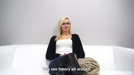 Очкастая блондинка раздевается догола на порно кастинге