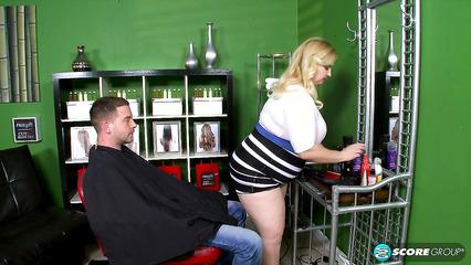Толстая баба парикмахер занимается сексом со своим клиентом
