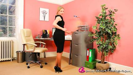 Стройная и ухоженная секретарша кокетливо раздевается в офисе