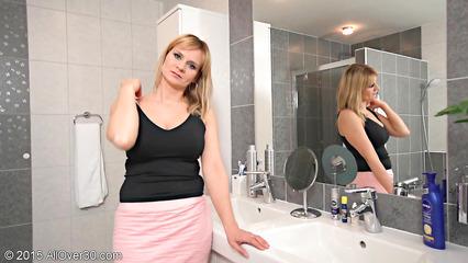 Возрастная домохозяйка принимает душ и ласкает себя между ног
