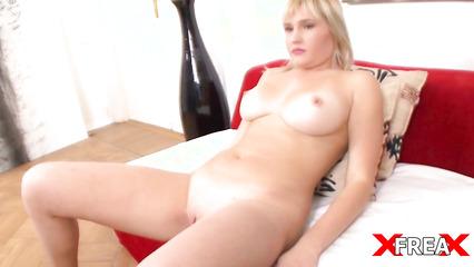 Полная блондинка стеснительно трахается на порно кастинге