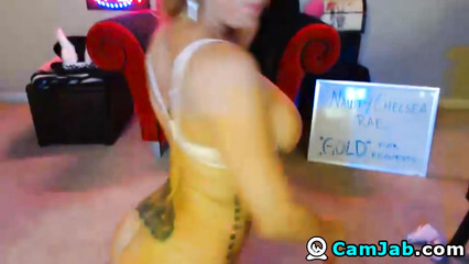 Татуированная сучка устроила секс шоу перед веб камерой