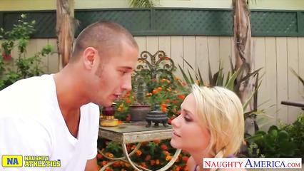 Тренер утешает блондинку с помощью своего члена