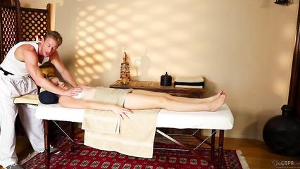 Доставил клиентке удовольствие массажом и своим классным хером