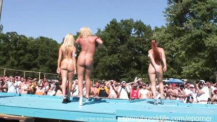 Голые девушки развлекают толпу мужиков публичными танцами