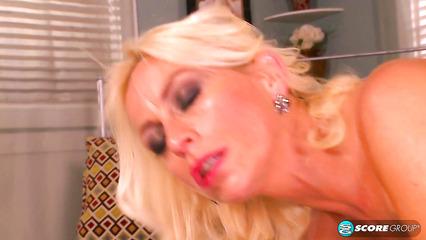 Молодой поклонник уговорил грудастую блондинку на трах