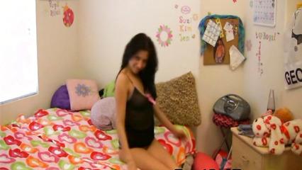 Девица включила камеру и стала танцевать перед ней стриптиз