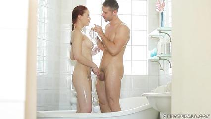 Пара закончила свои дела в ванной и принялась там трахаться