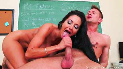 Студент оттрахал пышногрудую учительницу на ее столе