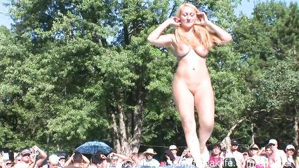 Пьяные сучки раздеваются у шеста и танцуют перед толпой мужиков
