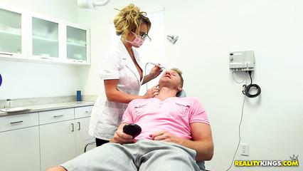 Грудастая медсестра разрешила пациенту ласкать ее сиськи