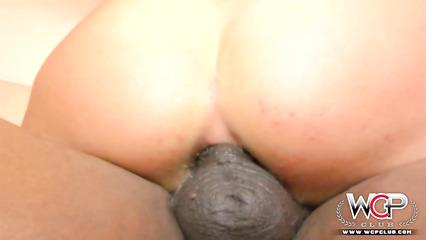 Негр жестоко трахает в жопу возбужденную шлюшку своим хером