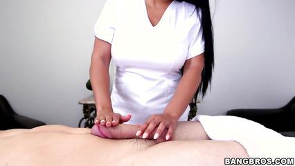 Грудастая негритянка дрочит пенис парня в масле на эротическом массаже