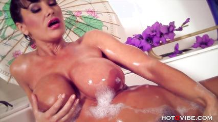 Пошлая дама с большими дойками мастурбирует письку в ванной