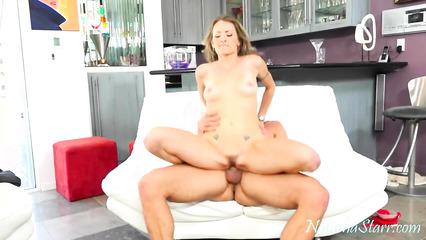 Личный бармен ублажает сексапильную госпожу массивным пенисом