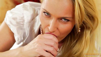 Блондинистая потаскушка ублажает пошлого любовника классным отсосом