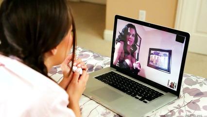 Девки трахают свои жопы дилдо и общаются по видео чату