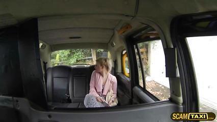 Таксист нагло предложил пассажирке заняться с ним сексом