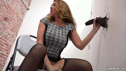 Сексапильная леди знакомится с черным хером из дырки в стене