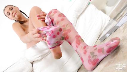 Девушка с хвостиками устроила легкие прикосновения к своему телу