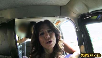 Таксист трахает сиськастую зрелую бабу на заднем сиденье