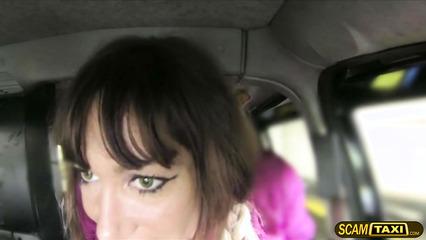 Сиськастая пассажирка платит за проезд в такси сексом